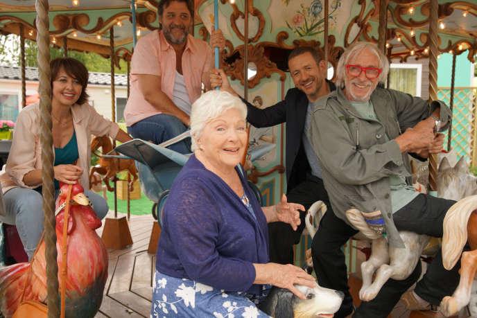 De gauche à droite :Valérie Bonneton, Line Renaud, Guy Lecluyse, Dany Boon et Pierre Richard dans«La Ch'tite Famille», de Dany Boon.