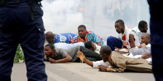 Des policiers congolais tirent des gaz lacrymogènes pour disperser des manifestants à Kinshasa, le 21janvier 2018.