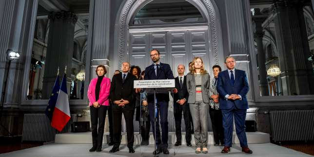 French Prime Minister Edouard Philippe (front row C) flanked by members of the government : (front row from L) French Defence Minister Florence Parly, French Interior Minister Gerard Collomb, French Justice Minister Nicole Belloubet, French Minister for the Territorial Cohesion Jacques Mezard, (back row from L) French Sports Minister Laura Flessel, French Education Minister Jean-Michel Blanquer and French Minister of Higher Education, Research and Innovation Frederique Vidal, delivers a speech during the presentation of the national plan for the prevention of radicalisation, during a visit in Lille, northern France, on February 23, 2018. / AFP / PHILIPPE HUGUEN