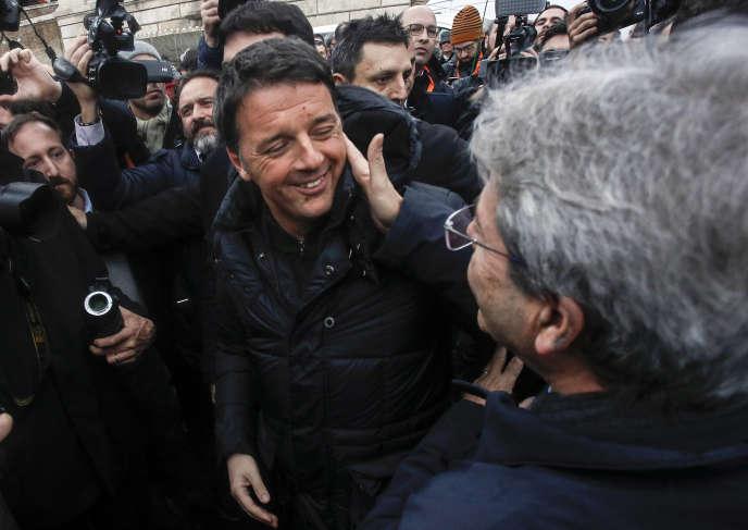 Matteao Renzi, dirigeant du Parti démocrate, et Paolo Gentiloni (de dos), premier ministre italien, à Rome, le 24 février.