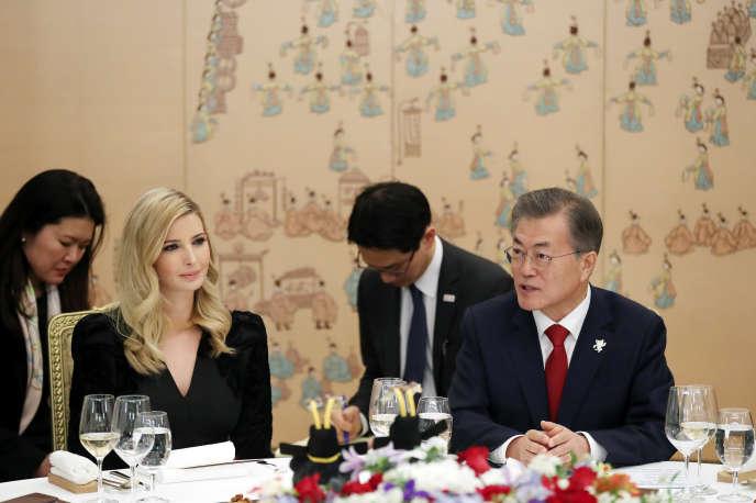 Le président sud-coréen, Moon Jae-in, et Ivanka Trump, fille et conseillère du président des Etats-Unis, lors d'un dîner officiel, à Séoul, le 23 février.