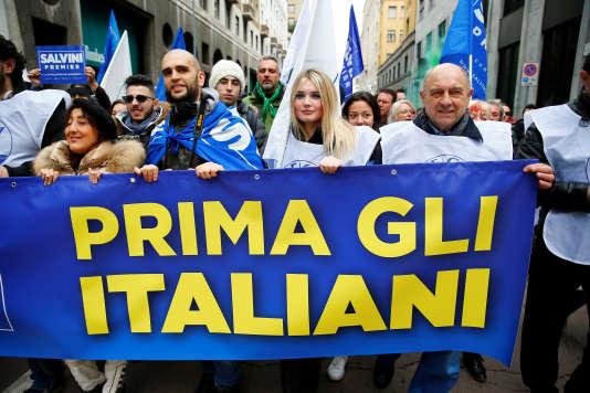 Des militants de la Ligue du Nord tenant une banderole sur laquelle est écrit « Les Italiens d'abord», le 24 février à Milan.