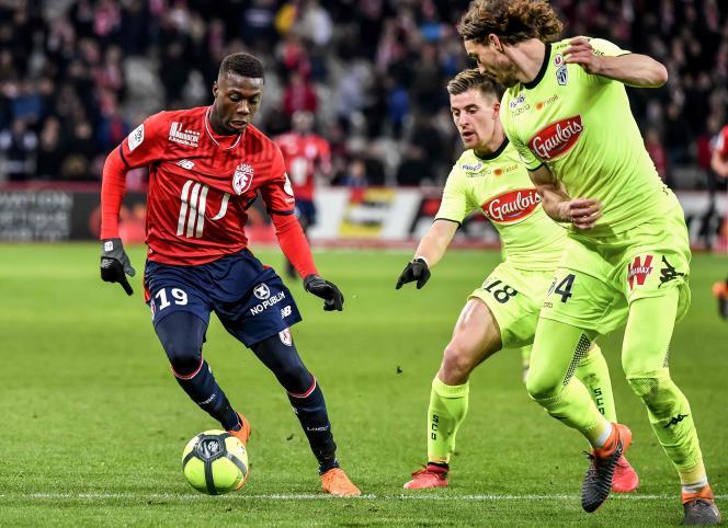Le meilleur joueur de Lille, l'Ivoirien Nicolas Pépé, ici face à la défense d'Angers, devrait continuer à évoluer sous les couleurs nordistes en deuxième partie de saison.