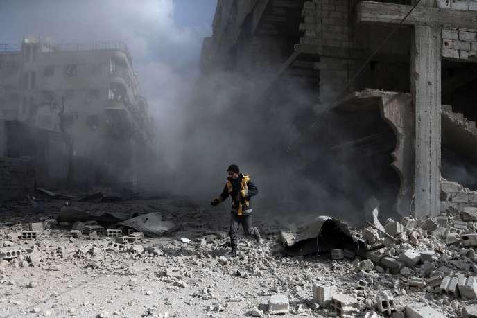 Un« casque blanc» inspecte un bâtiment bombardé, dans le quartier rebelle de Saqba, dans la Ghouta orientale, en Syrie, le 23 février.