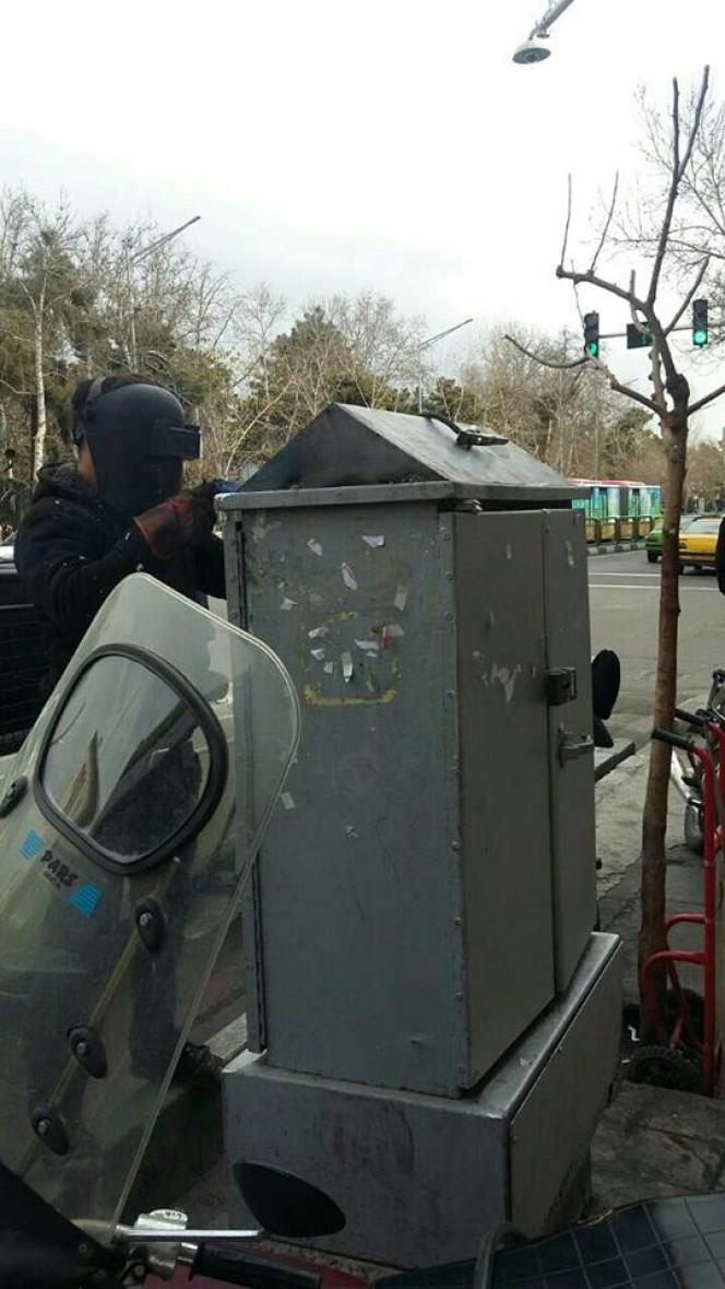L'armoire électrique de l'avenue Enghelab de Téhéran est en train d'être modifiée pour empêcher que quelqu'un n'y monte.