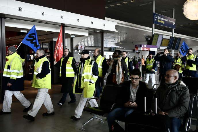 Les salariés d'Air France, en grève, à l'aéroport Roisyy- Charles-de-Gaulle, le 22 février.