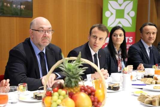 Le ministre de l'agriculture Stéphane Travert en compagnie d'Emmanuel Macron lors d'un petit déjeuner au salon de l'agriculture le 24 février.