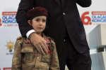 Une petite fille, en larmes, monte sur scène auprès du président Erdogan, le 24 février, àKahramanmaras, en Turquie.