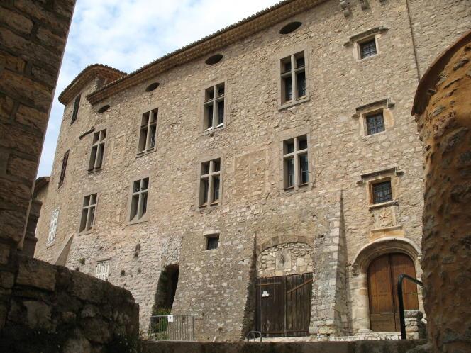 Le château de Templiers à Montfort-sur-Argens (Var).La croix de l'Ordre des Hospitaliers, au dessus de la porte d'entrée, a remplacé celle de l'Ordre du Temple.