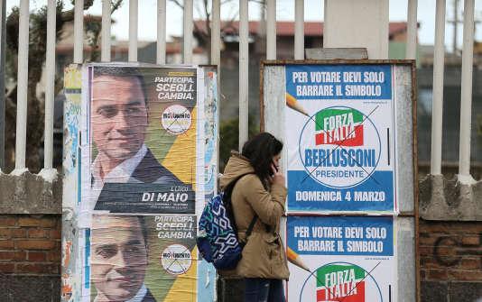 Affiches de campagne pour les élections législatives du 4 mars, à Pomigliano d'Arco, près de Naples, le 21 février 2018.