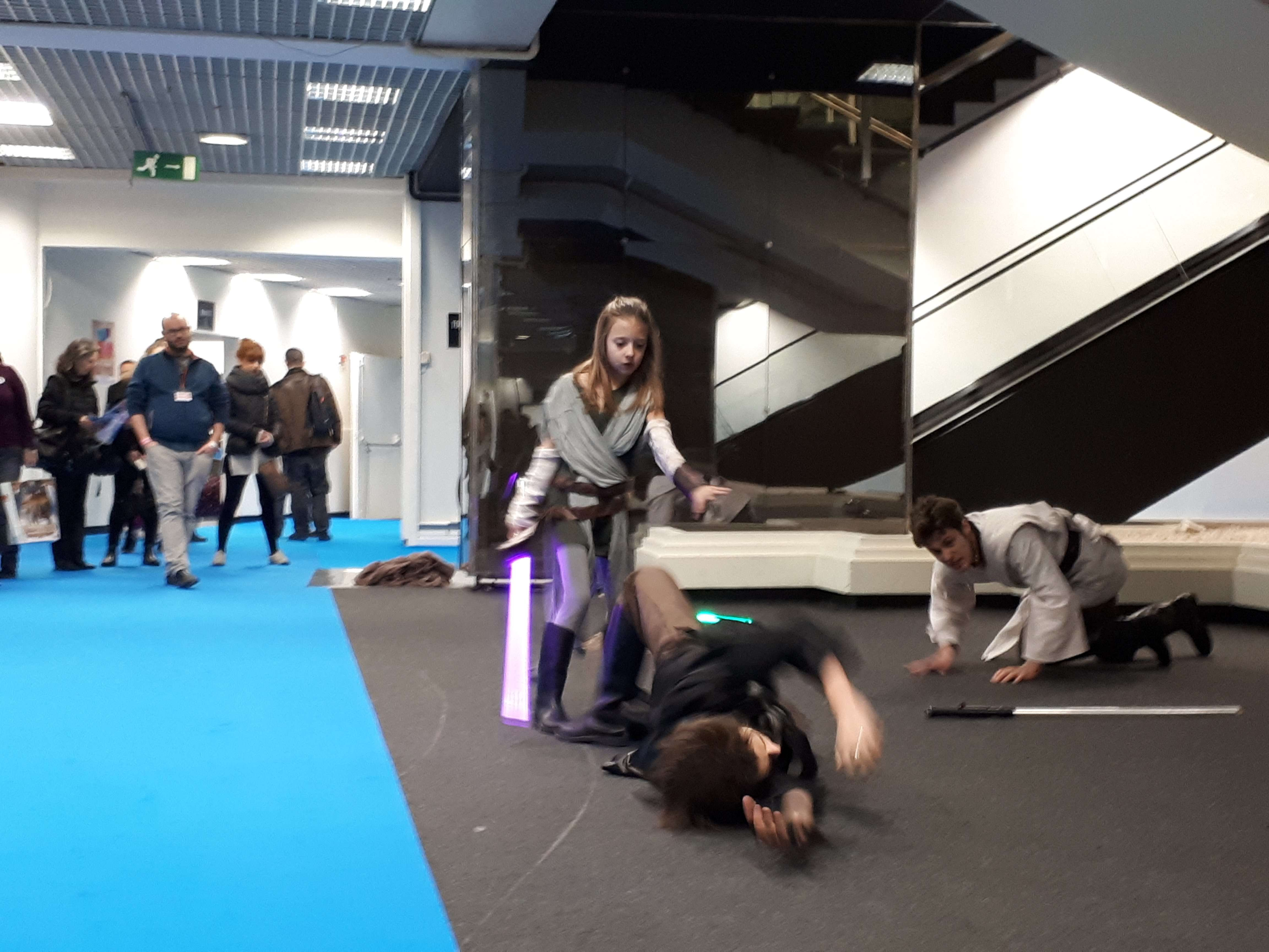 Une session de démonstration de combat au sabre laser.