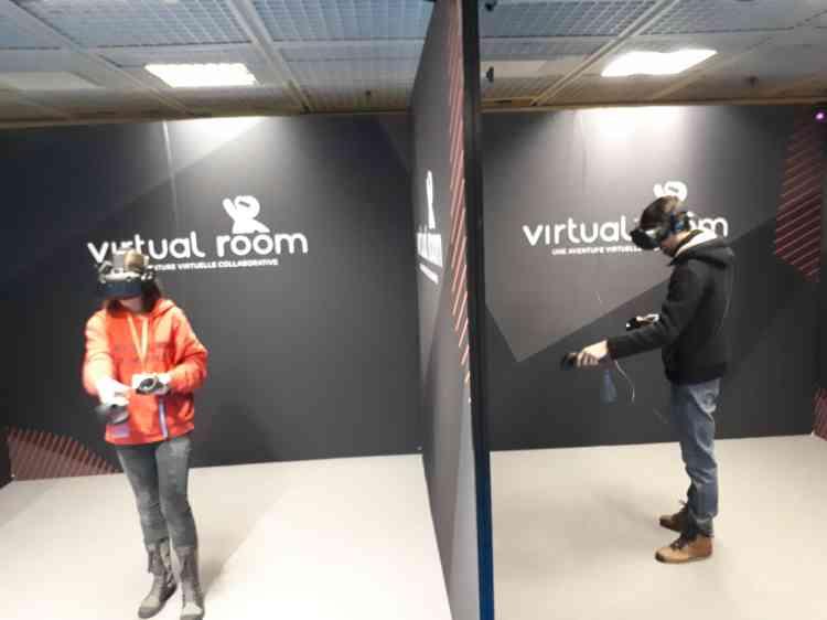 Contrairement aux apparences, ces joueurs participent bien à la même partie d'un jeu coopératif en réalité virtuelle.