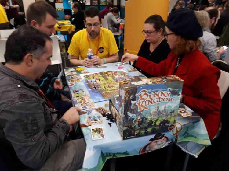 Sur chaque stand, un animateur explique rapidement les règles aux joueurs qui se succèdent sur les tables.