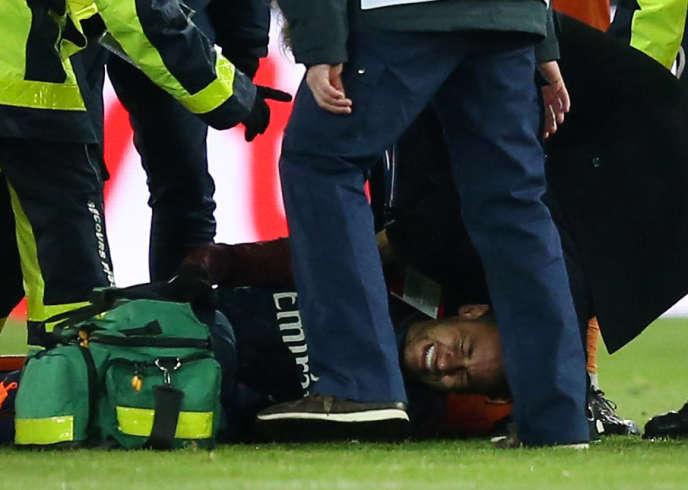 L'attaquant du Paris SG, Neymar, au sol après sa blessure à la cheville lors du match contre Marseille, le 25 février au Parc des Princes.