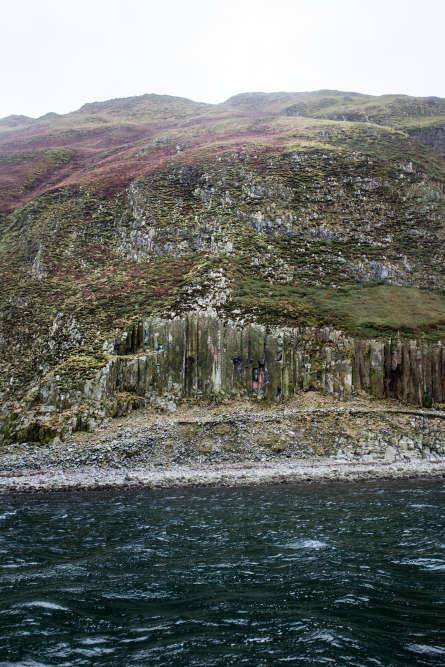 Le manque de quartz dans le granit d'Ailsa Craig, en fait une roche particulièrement dure, la seule qui convienne pour la fabrication des pierres de curling.