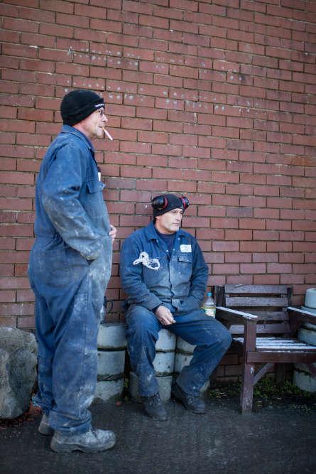 Pause cigarette pour Danny et John, ouvriers de Kays Curling.