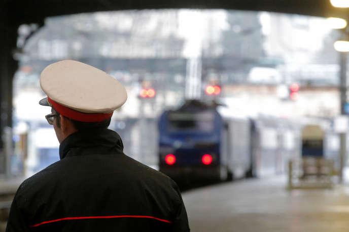 Un train au départ, gare Saint-Lazare, à Paris, en mars 2016.