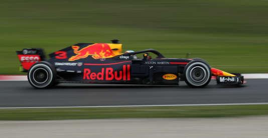 Pilotée par Daniel Ricciardo, la RB14 de Red Bull, en tête le 26 février sur le circuit de Montmelo (Espagne).