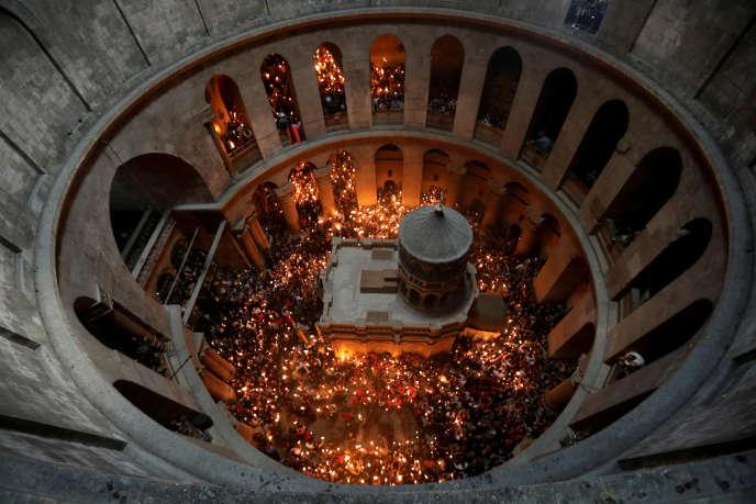 Fidèles lors d'une cérémonie orthodoxe dans l'église du Saint-Sépulcre de Jérusalem, le 15 avril 2017.