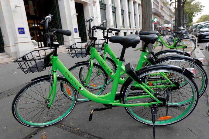La mobilité est un des secteurs urbains les plus bousculés par le numérique. Sur différents chaînons (taxi, calcul d'itinéraire, billettique, covoiturage, autopartage, mobilité autonome, vélo en libre-service…), de nombreux acteurs développent des offres principalement en marge des services publics de transport. Ici Gobee bike, un service de vélo en libre service qui vient concurrencer l'offre de la Ville de Paris, Vélib'.