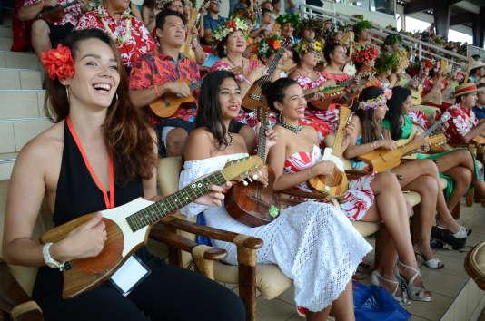 Malgré la déception, les Polynésiens, habillés de vêtements colorés et couronnés de fleurs, sont presque tous prêts à recommencer.