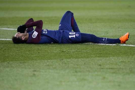Neymar blessé lors du match PSG-OM, au Parc des Princes le 25 février .