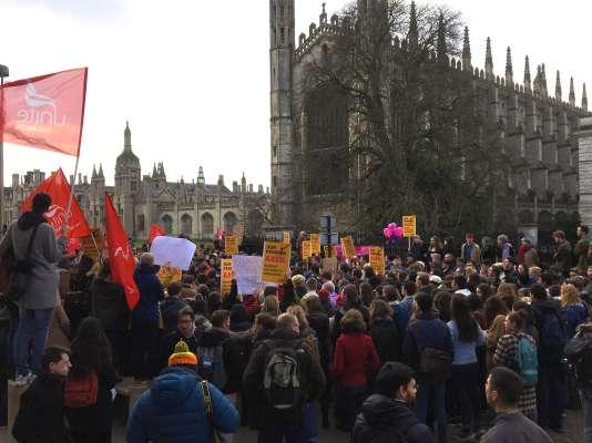 Piquet de grève du jeudi 22février devant la Senate House de Cambridge et le collège de King's.