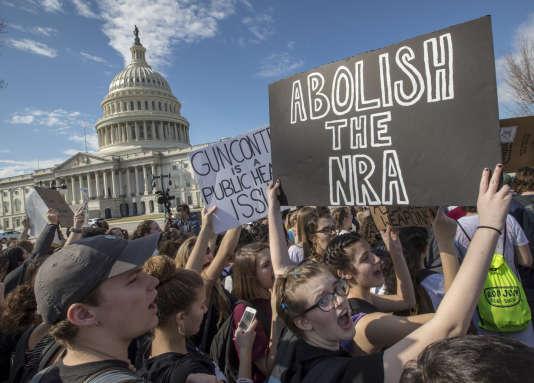 Des manifestants à Washington, portant une pancarte :« Abolissons la NRA»