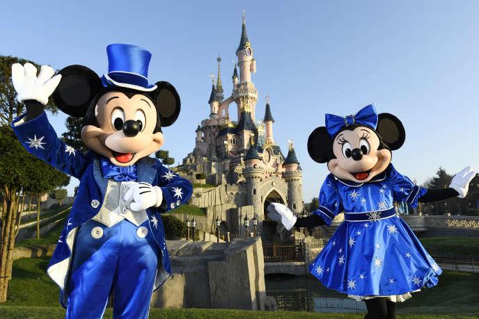 Les personnages de Mickey et Mini devant le château de Disneyland, à Marne-la-Vallée, le 16mars 2017. Disneyland Paris a été le monument touristique le plus visité en France en 2016, selon l'Insee, avec 13,4millions de visiteurs.