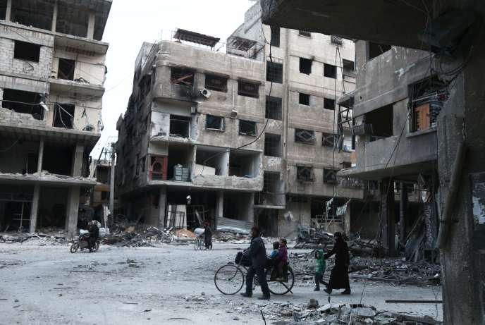 Des habitants sortent des abris et tentent de se ravitaillerà Arbin, dans l'enclave rebelle de la Ghouta orientale, près de Damas, le 25 février.