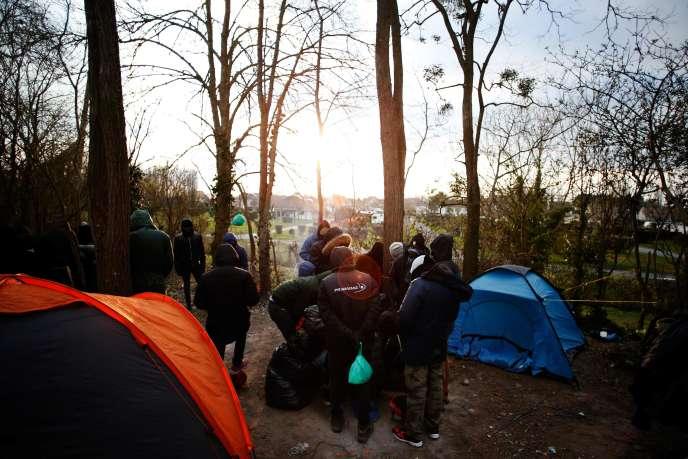 Près d'une centaine de migrants dormiraient dans les bois. A Ouistreham (Calvados), le 26 février.