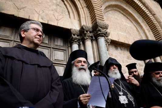 ThéophileIII, patriarche grec orthodoxe de Jérusalem, prend la parole aux côtés de Nourhan Manougian (à dr.), son homologue arménien et de Francesco Patton, le custode de Terre Sainte (à g.), le 25 février.
