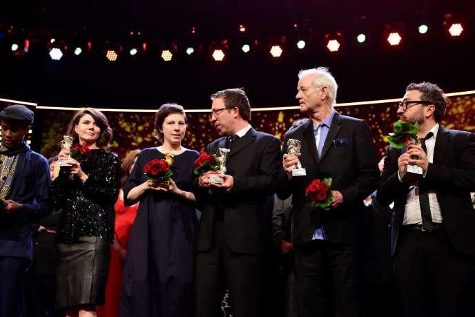 De gauche à droite: Samuel Ishimwe, Malgorzata Szumowska, Adina Pintilie, Marcelo Martinessi, Bill Murray, Alonso Ruizpalacios, à l'issue de la cérémonie de remise des prix de la 68e édition du Festival du film de Berlin, le 24 février 2018.