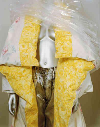 Margiela,couette transformée en manteau, houssée de draps des années1970, collection automne-hiver1999-2000.