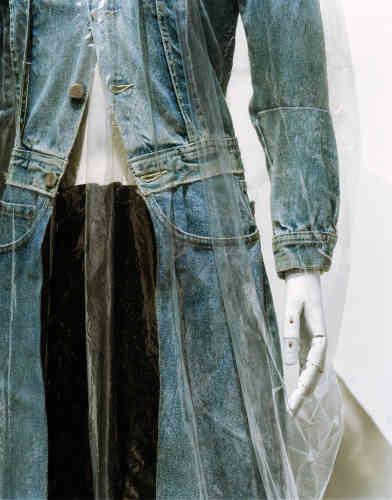 Margiela, manteau long, composé d'un blouson en jean et d'un jean ouvert cousus ensemble, collection printemps-été 1991.