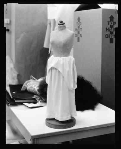 Margiela, mannequinde taille réduite et marcelde taille normale porté en robe,collection printemps-été 1990.