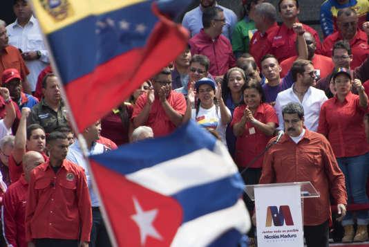 Le président vénézuélien Nicolas Maduro, au pupitre, lors d'un rassemblement pour célébrer sa candidature au renouvellement de son mandat.