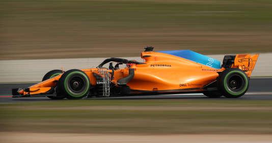 Orange à aileron bleu ciel pour la McLaren à moteur Renault en test aérodynamique entre les mains de Stoffel Vandoorne sur le circuit de Catalogne le 27 février.