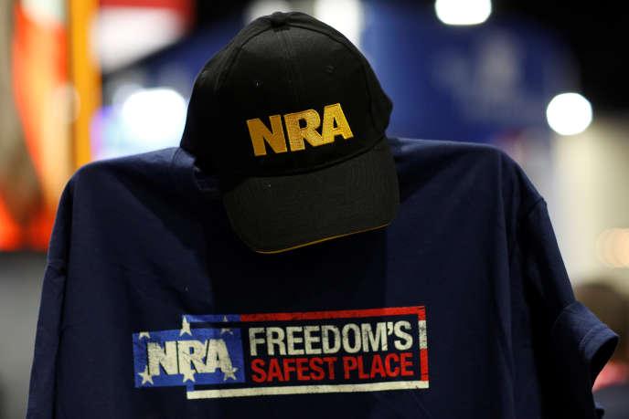 Des produits pro-NRA proposés lors de laConservative Political Action Conference, une réunion politique organisée par les conservateurs américains, àNational Harbor, le 23 février 2018.