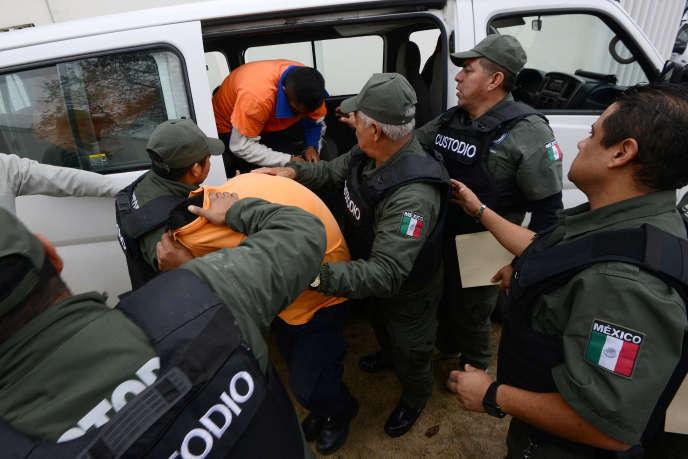 Les anciens policiers mexicains accusés d'avoir appartenu à desescadrons de la mortà leur arrivée au tribunal, le 8 février 2018.