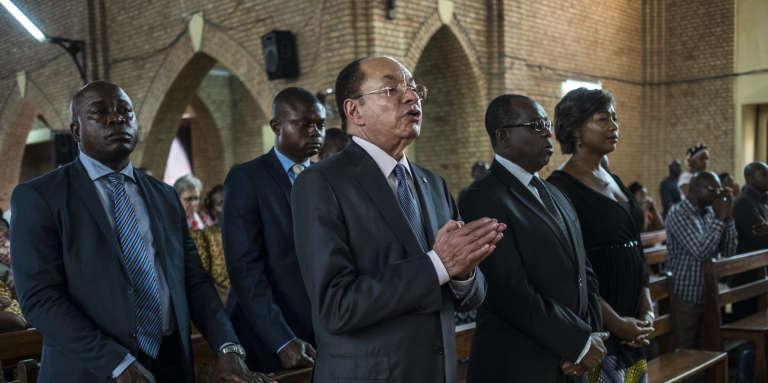Léon Kengo wa Dondo (au centre), le président du Sénat de la République démocratique du Congo, lors d'une messe à Kinshasa, le 21 septembre 2016, en mémoire des victimes de la répression survenue quelques jours plus tôt.