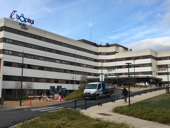 Devant le centre hospitalier de Villefranche-sur-Saône (Rhône).