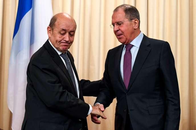 Jean-Yves Le Drian, le ministre français des affaires étrangères, avecson homologue russe Sergueï Lavrov, à Moscou, le 27 février 2018.