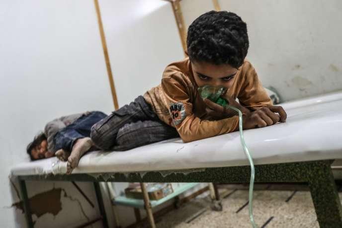 Un enfant victime d'une attaque, à Chafouniyé, dans la Ghouta orientale (Syrie), le 25 février.
