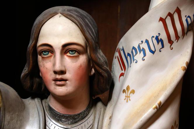 Statue polychrome de sainte Jeanne d'Arc, début du XXe siècle.