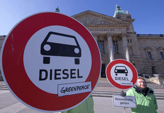Des militants écologistes réclament l'interdiction du diesel devant la Cour administrative fédérale allemande de Leipzig, le 27 février.