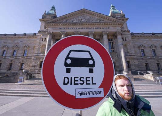 Un militant de Greenpeace devant le tribunal administratif fédéral à Leipzig en Allemagne, le 27 février.