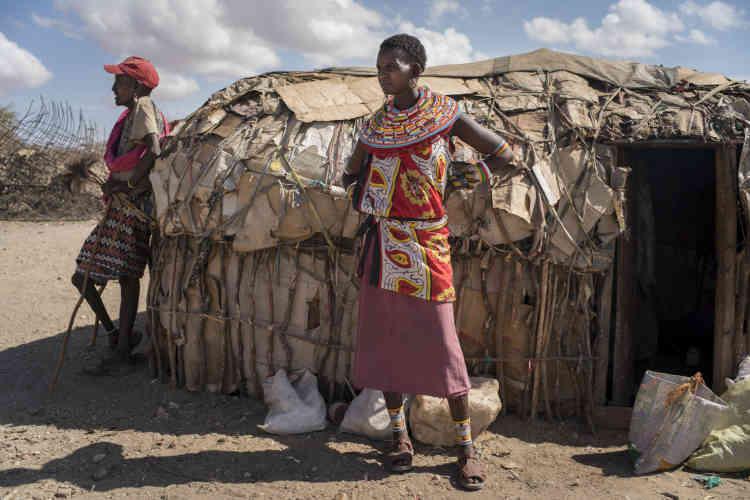 JernesaLekiloi, 28 ans, devant sa maison à Mopukori. Elle est arrivée il y a quatre mois, fin 2017, après avoir divorcé de son mari alcoolique, qui avait vendu leurs trois cents chèvres pour acheter à boire.Jernesaet ses enfants ont marché pendant deux semaines pour rejoindre le village.
