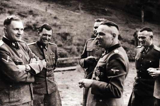 Les historiens n'ont retrouvé aucune photographie d'Hans Delmotte, médecin nazi belge qui assistait à Auschwitz le docteur Josef Mengele (ci-dessus, deuxième à gauche, avec d'autres officiers SS).