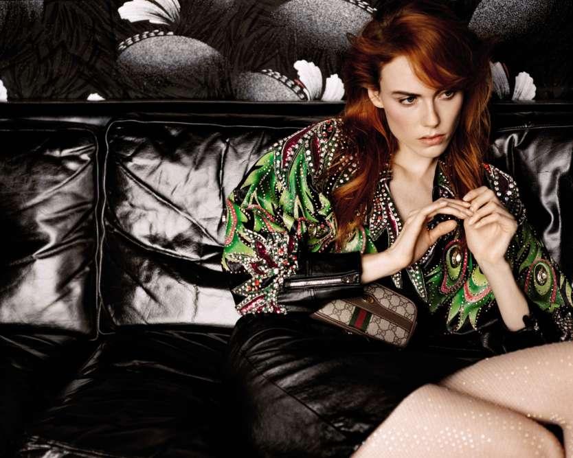 Veste épaulée et jupe en cuir avec cristaux ; sac ceinture Ophidia en cuir et toile GG ; legging avec strass Swarovski, le tout Gucci.